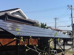 ガレージの屋根の屋根に太陽光発電システムを施行