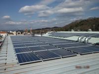 工場の屋根に太陽光発電を導入した事例