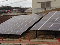傾斜地に大型太陽光発電システムを導入した事例